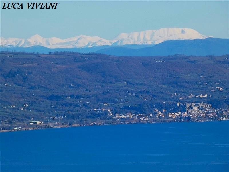 Cima del Redentore e Cima del Lago (monti Sibillini) dalle colline del lago di Bolsena (VT)
