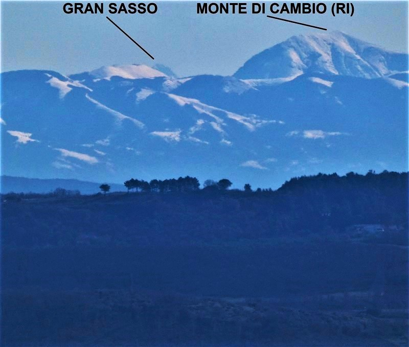 Il Corno Grande (Gran Sasso) visto dalle colline del lago di Bolsena