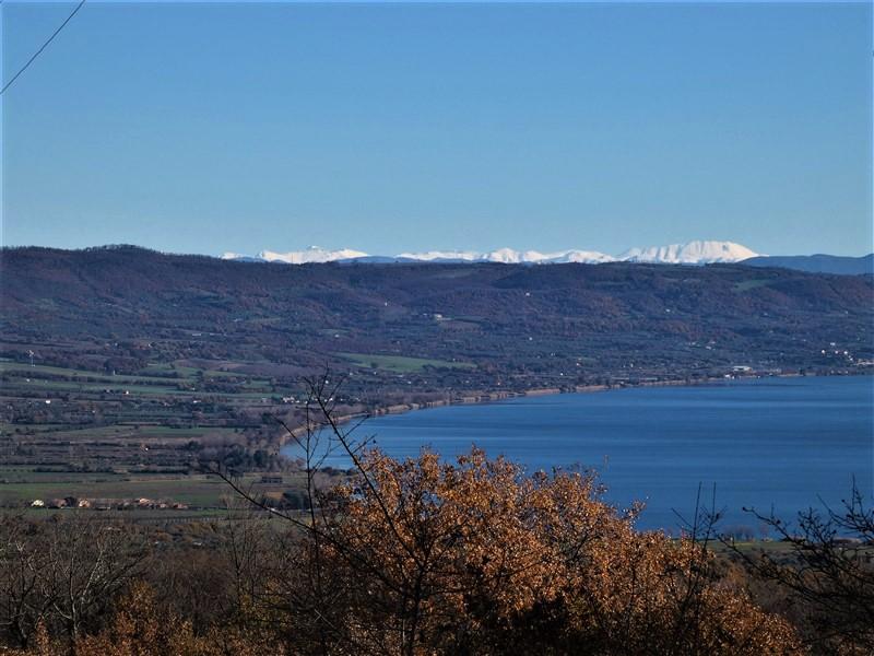 I monti Sibillini e il lago di Bolsena