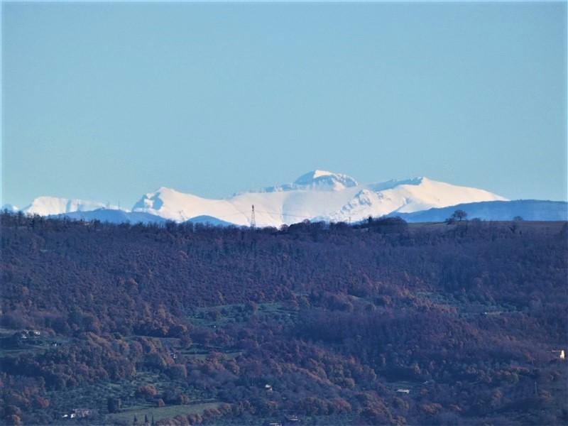 Monte Priora e monte Bove (Sibillini) dalle colline del lago di Bolsena