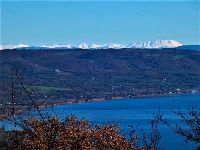 I monti Sibillini visti dalle colline del lago di Bolsena