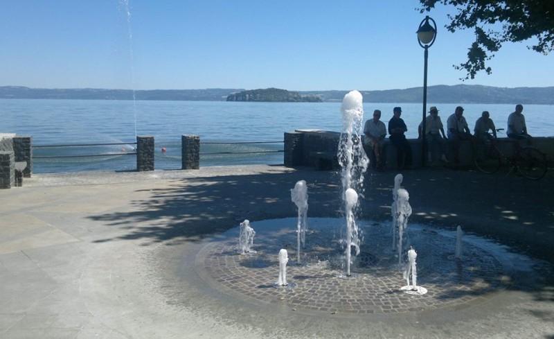La passeggiata lungolago di marta sul lago di bolsena for Cabine spartiacque vista lago fontana