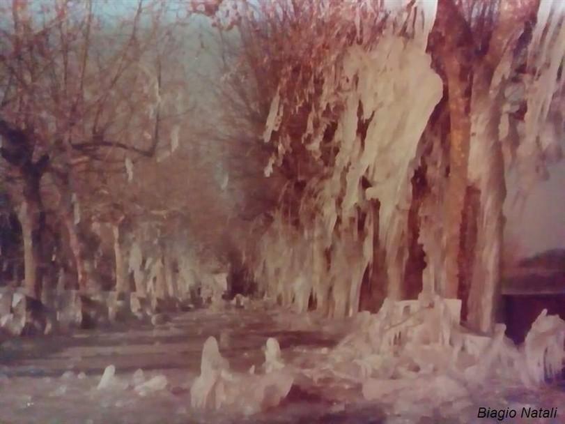 Lagheggiata a Marta sul lago di Bolsena con ghiaccio sul lungolago