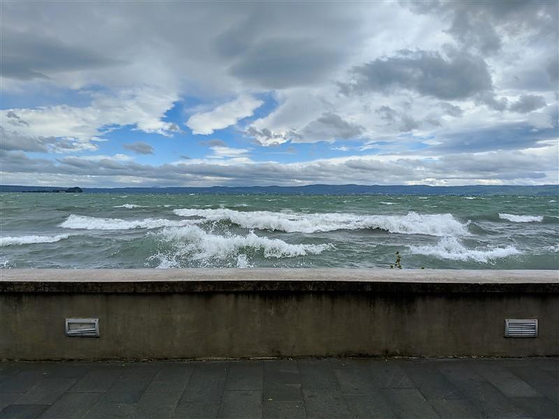 Lago di Bolsena mosso dal forte vento di tramontana con onde