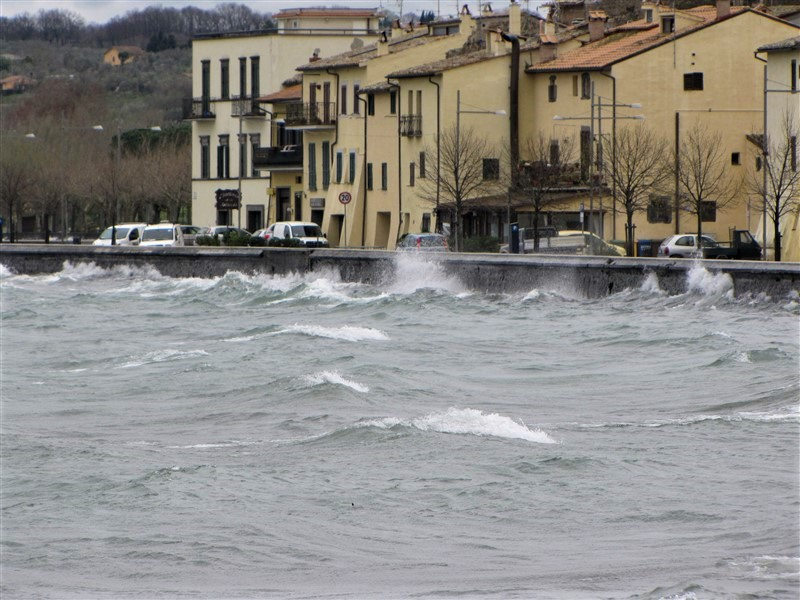 Lago di Bolsena mosso a Marta