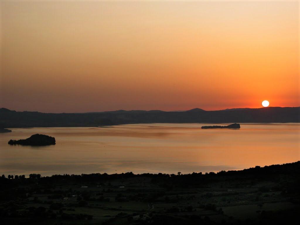 Lago di Bolsena con le due isole Martana e Bisentina