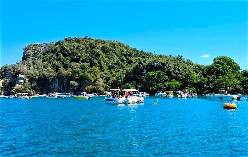 Barche a motore sul lago di Bolsena