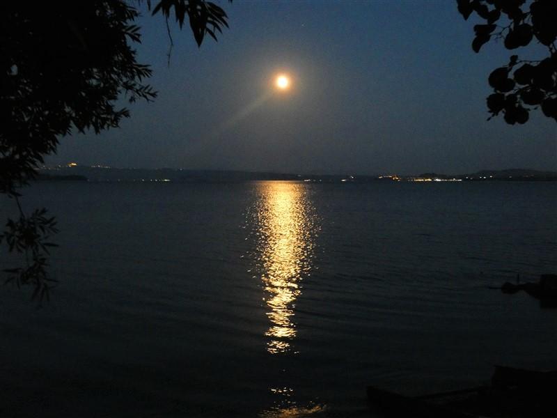 Lago di Bolsena e la luna