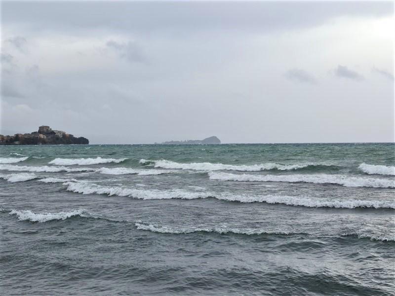 Lago di Bolsena mosso dal vento di grecale