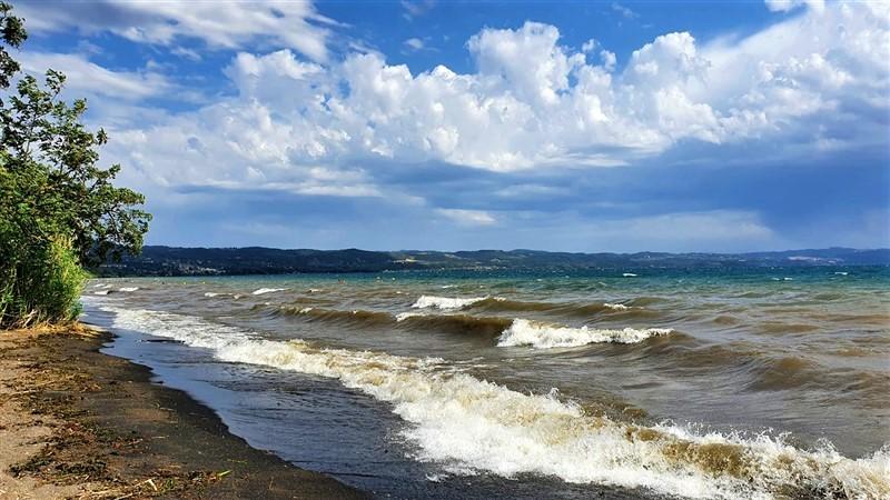 Lago di Bolsena mosso per il forte vento