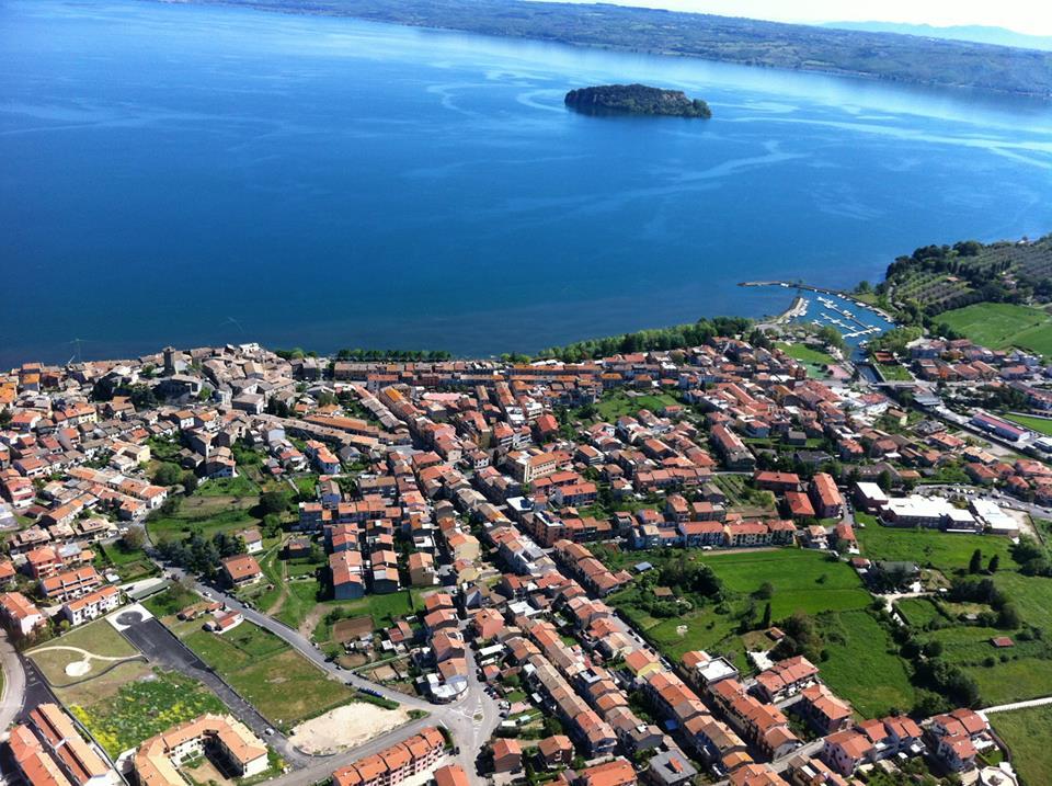 Marta e il lago di Bolsena dall'aereo