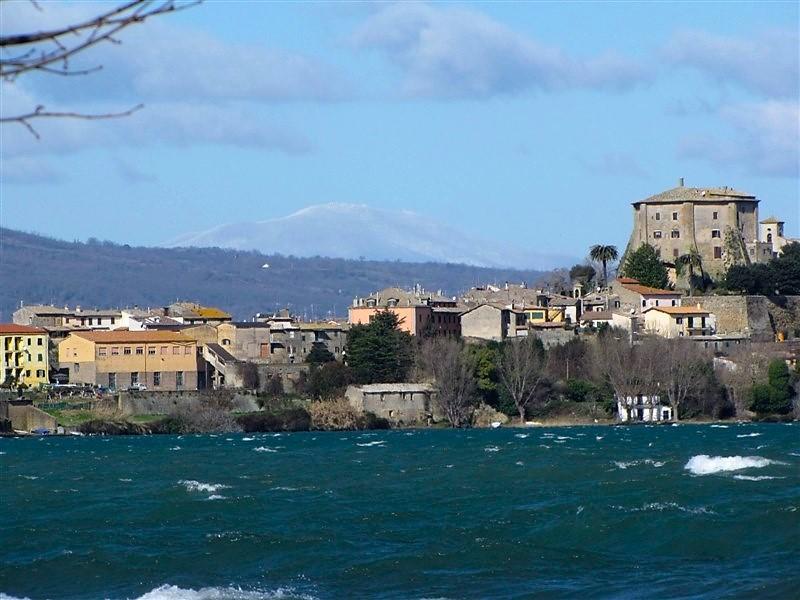 Capodimonte, il lago di Bolsena e il monte Amiata con la neve