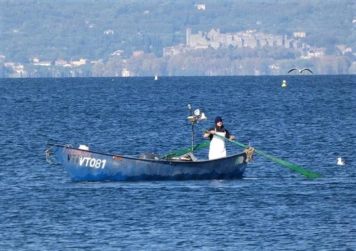 Un pescatore sul lago di Bolsena