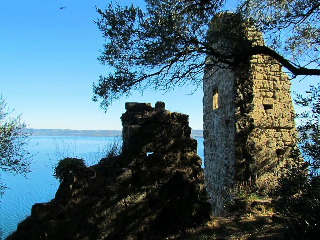 I resti del castello di Santo Stefano sull'isola Martana
