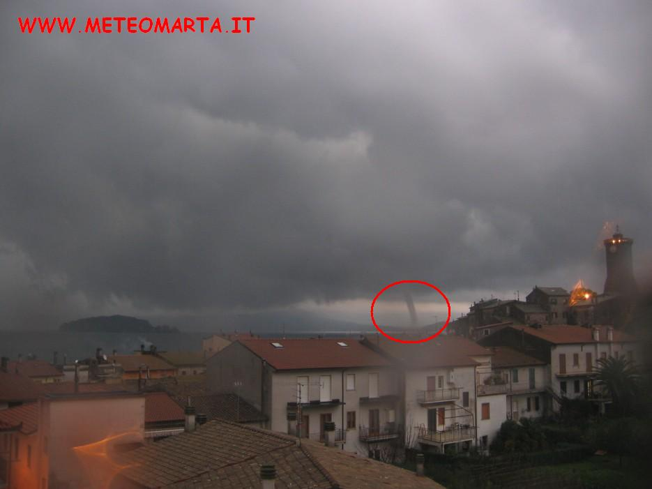 Tromba d'aria sul lago di Bolsena a Marta
