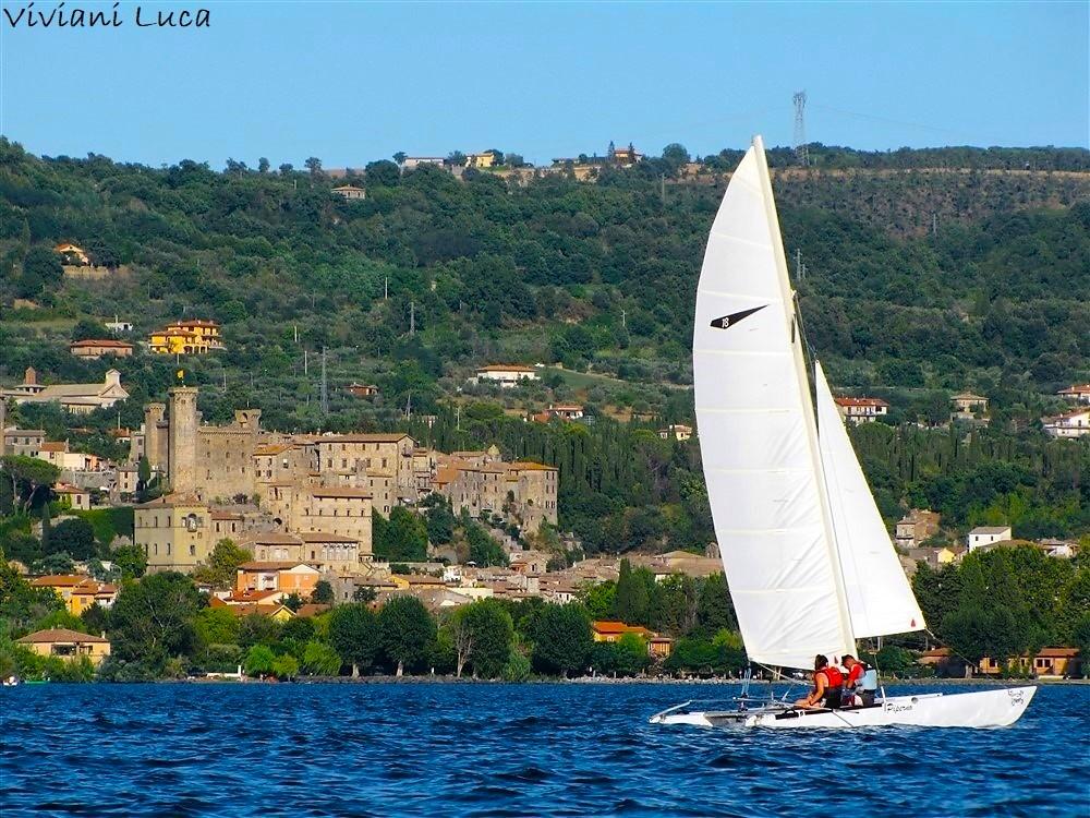 Barca a vela sul lago di Bolsena