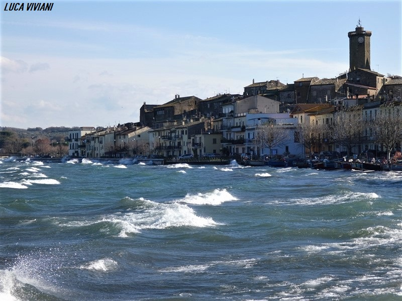 Forte vento e lago di Bolsena mosso